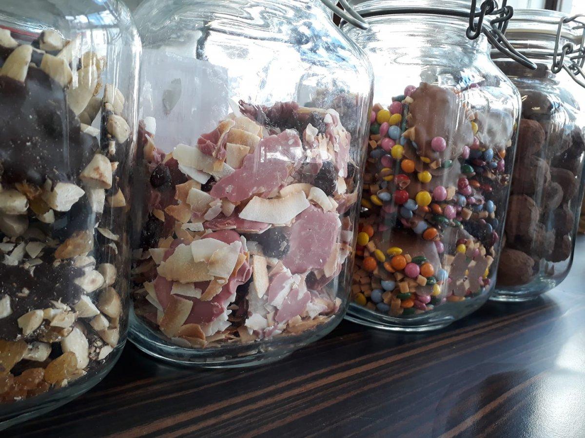 Onze chocolade potten gevuld met lekkers; orangettes, ruby-kokos-veenbes, melkchocolade-smartie-karamel,...