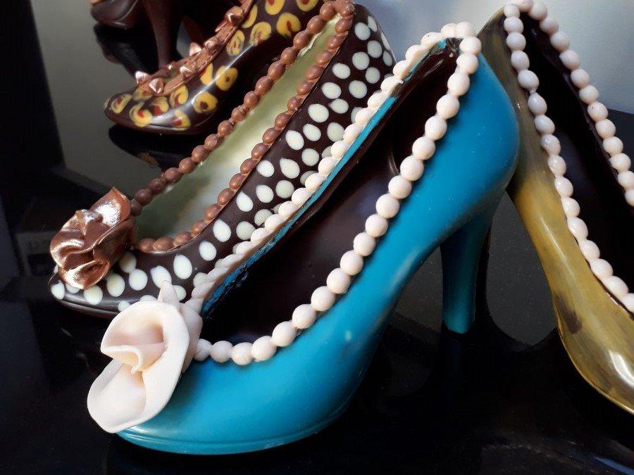 Chocoladeschoenen verkrijgbaar in verschillende kleurtjes en afwerking ,enkel op bestelling.