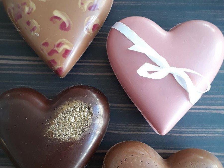 Chocoladehartjes gevuld met lekkers voor de liefste.